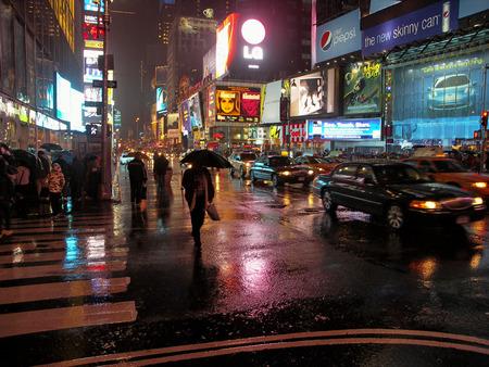 ニューヨーク - タイムズスクエア雨の夜 報道画像