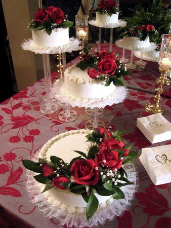 Hochzeitstorten, Kerzen, Rosen und Mirror Standard-Bild - 1728458