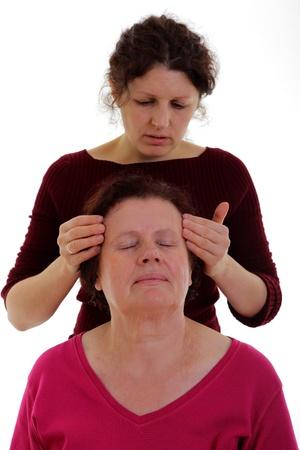 Vrouw die een hoofdmassage naar een senior vrouw
