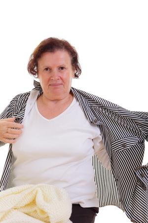 vistiendose: Alegre mujer mayor de vestirse la blusa Foto de archivo