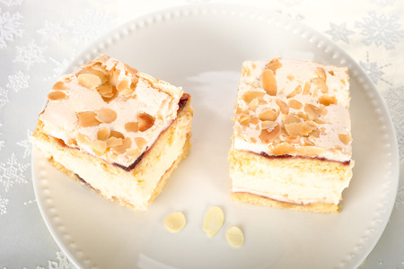 pani: Cream cake with meringue.