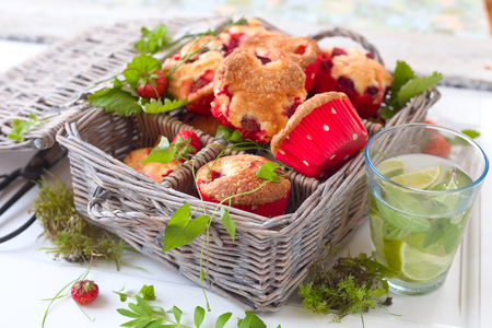picknick: Berry muffins in a basket