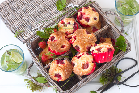 picknick: Muffins with strawberry in a basket