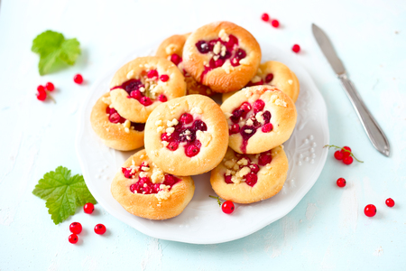 Sweet yeast rolls with berries and crumble Stockfoto