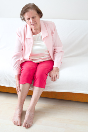 Senior woman with leg pain 版權商用圖片 - 107365198
