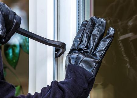 強盗が家に侵入することになっている