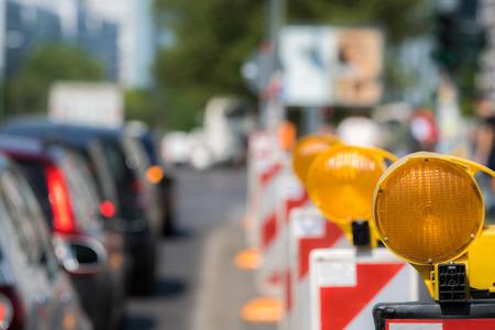Een bouwplaats belemmert het wegverkeer
