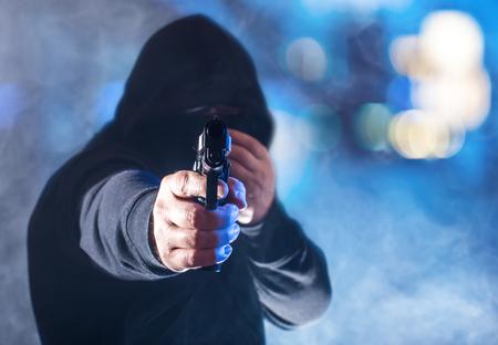공격 - 갱스터가 무기로 위협을가합니다.