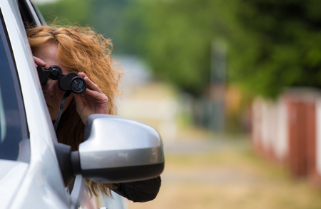 celos: A woman with a binoculars from a car