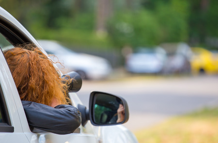Una mujer secretamente fotografiada de un coche