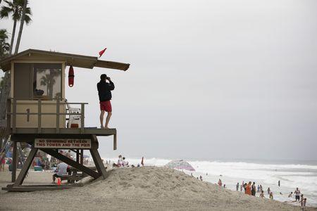 badmeester observeren de scène van een strand in Californië