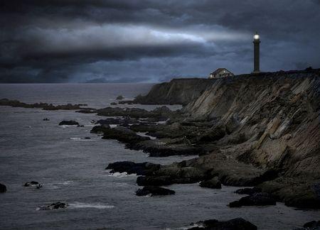 mare agitato: Faro durante una tempesta Archivio Fotografico