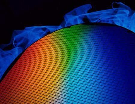 규소: 다른 색을 반영하는 실리콘 칩 웨이퍼의 세부 사항 스톡 사진