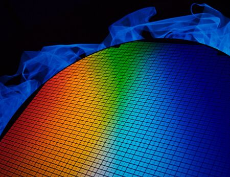 silicio: detalle de una oblea de chip de silicio que reflejan diferentes colores Foto de archivo