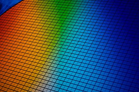 detail of a silicon chip wafer reflecting different colors Stockfoto