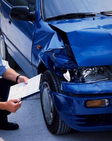 Geometra presso un'auto blu danneggiata dopo un incidente Archivio Fotografico - 7233891