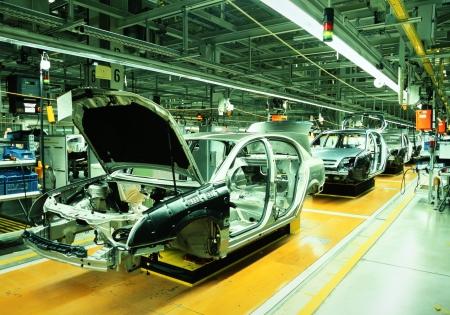 lopende band: onafgewerkte auto's in een autofabriek