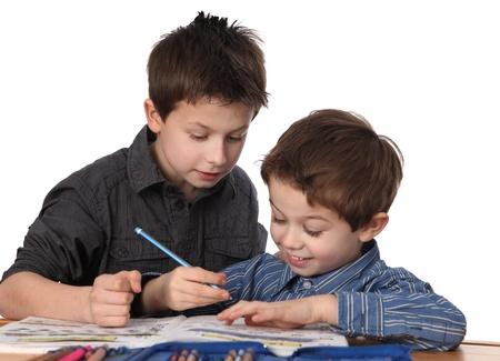 ni�os ayudando: dos j�venes lindos aprendiendo juntos Foto de archivo