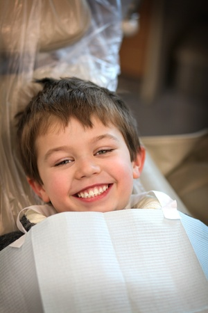 young boy in a dentist chair smiling Stockfoto