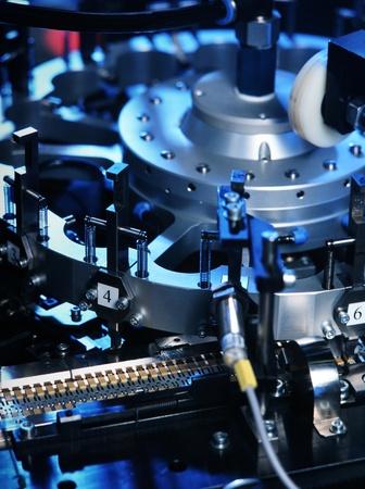lopende band: detail van de machine die elektronische onderdelen produceren