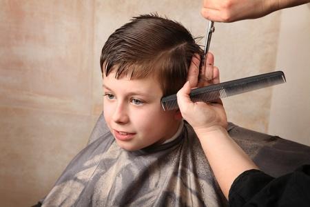 ragazzo carino, ottenendo un taglio di capelli
