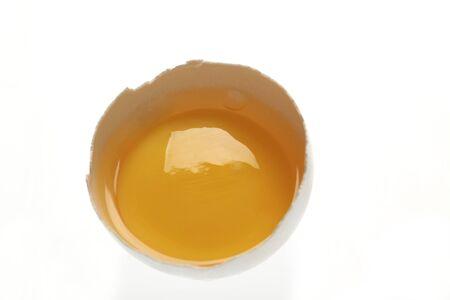 열린 달걀 껍질에 달걀 노른자