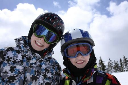 Twee jonge jongens in skiën outfit Stockfoto - 9371160