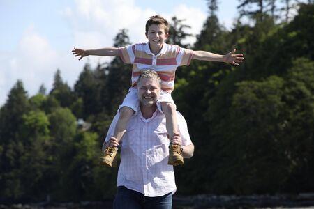 해변에서 그의 어깨에 아들과 아버지