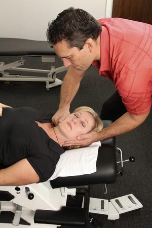 spinal manipulation: Chiropratico regolando una paziente Archivio Fotografico