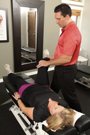 Chiropractor adjusting a female patient Stockfoto
