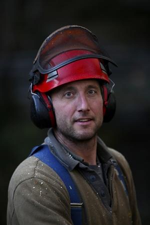 Retrato de un obrero forestal con casco