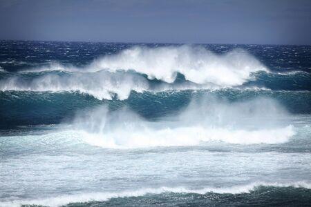 mare agitato: Grande onda schiantarsi