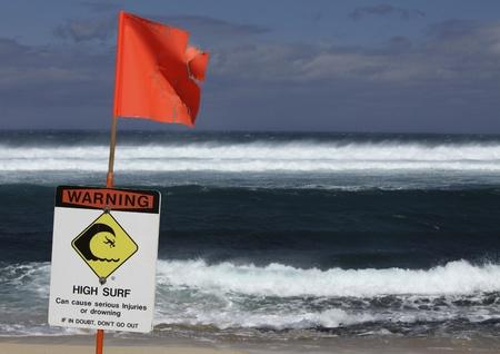 señal de advertencia para el surf de alta con la bandera roja Foto de archivo - 12689613