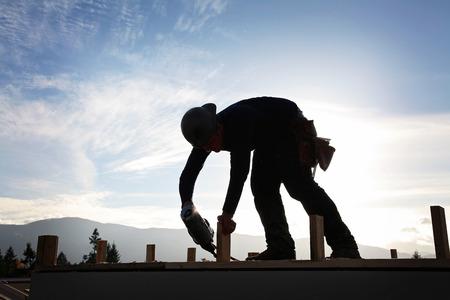 Un carpintero que trabaja en un sitio de Construccion