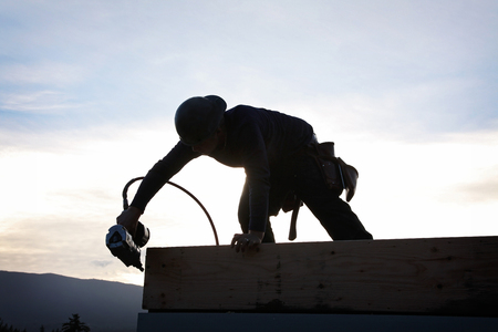 Een timmerman werkt aan een consruction website
