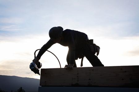 tools construction: Un carpintero que trabaja en un sitio de Construccion