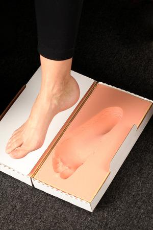 Conseguir una huella en la espuma para los aparatos ortopédicos measurment Foto de archivo - 35025452