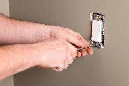 Een elektricien werkt aan een nieuwe bouwplaats