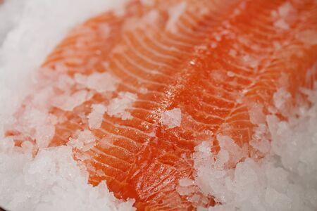 Raw zalmfilet op crushed ijs
