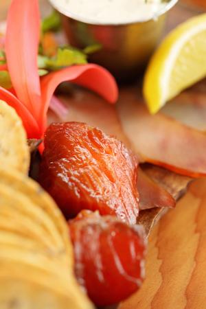 Gerookte gesuikerde zalm ingericht op een houten bord