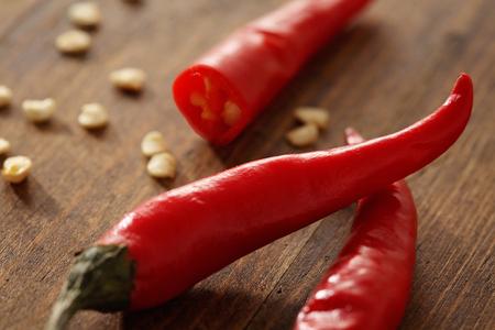 Close-up van rode chili pepers op een houten tafel
