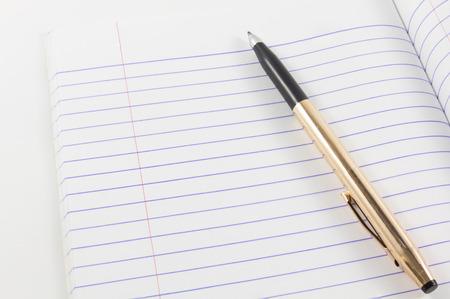 paper note: Nota de papel en blanco y un bol�grafo