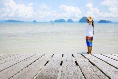 模糊的彩色海滩上的木板或桌面:适合假期或夏天的概念使用。