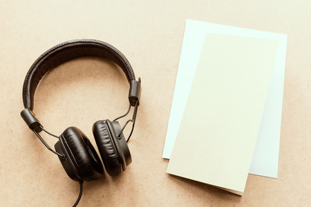 papel filtro: Headphone with brown and white paper note on wood desk in music studio. (Vintage tone)