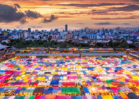 방콕에서 다채로운 기차 밤 시장 밤에 쇼핑을위한 새로운 랜드 마크입니다.
