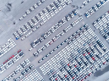 Luftbild-Parkplatz am Seehafen oder Herstellung, die auf den Verkauf oder Export in die ganze Welt wartet. Standard-Bild