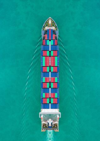 Luchtfoto containerschip rijden op de zee voor verzending van leveringscontainers. Geschikt gebruik voor transport of import export naar wereldwijd logistiek concept.