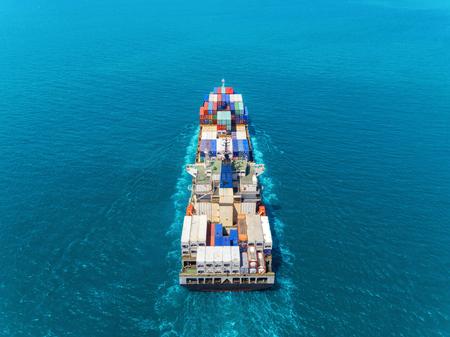 Luftbild-Containerschiff auf See-Vollladungscontainer für Logistikimport-Export- oder Transportkonzepthintergrund. Standard-Bild