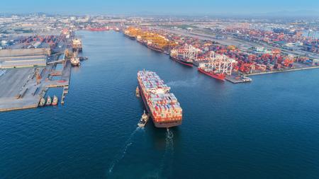 Luftbild Schlepper ziehen Containerschiffe zum Seehafen und arbeitenden Kranbrückenladecontainer für Logistikimport, Export oder Transportkonzepthintergrund, Hafen von Laemchabang Chonburi, Thailand Standard-Bild