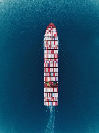 Containerschiff mit Luftaufnahme von oben auf dem Meer Volllastcontainer für Import, Export, Versand oder Transport